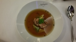 Hotel Vier Jahreszeiten Starnberg - Restaurant Aubergine Sellerieessenz mit Wachtel, Kakao und Petersilie