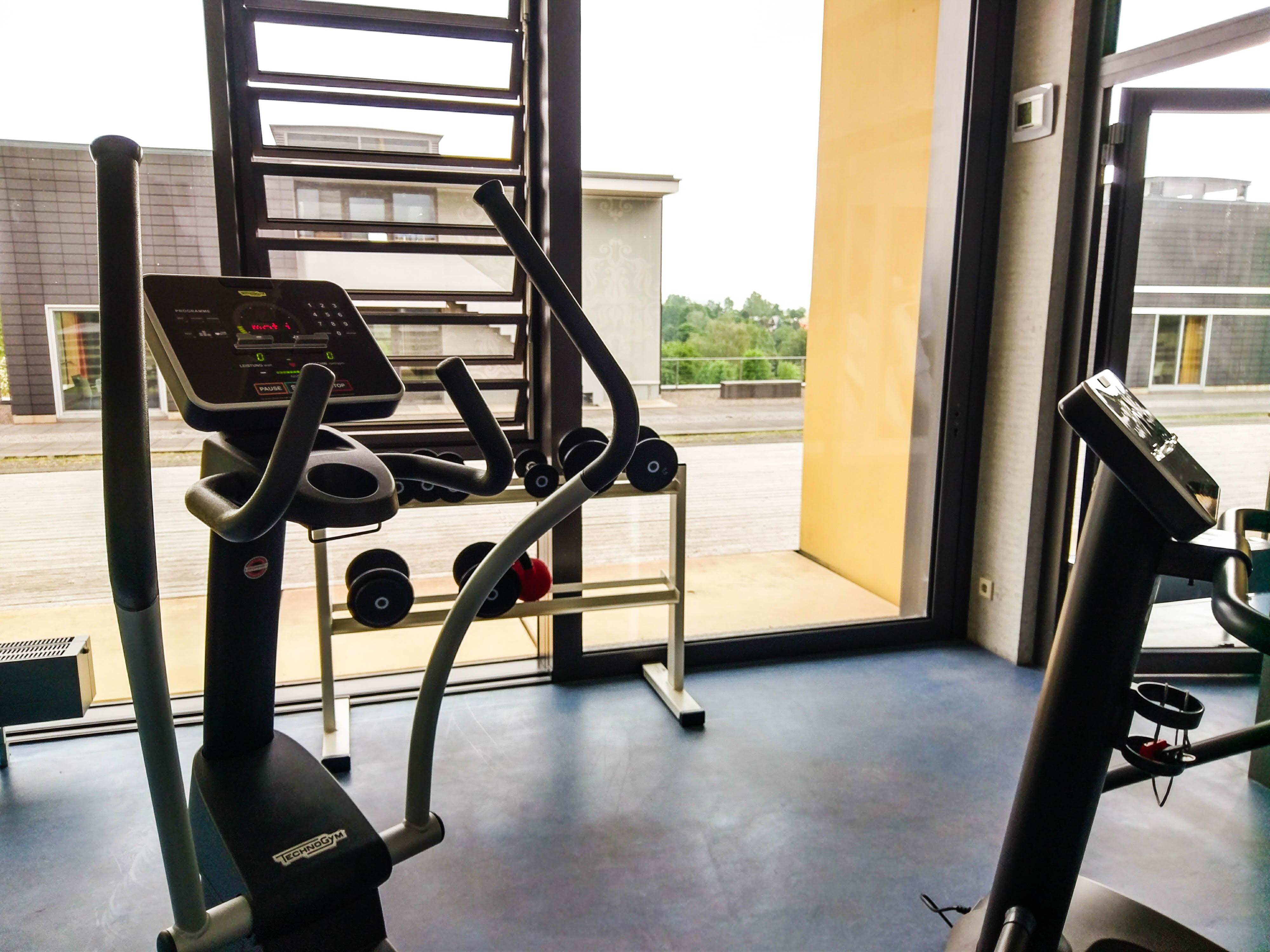 Fitnessraum mit verschiedenen Geräten