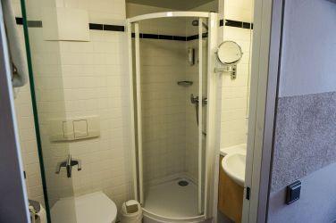 Hotelbad mit WC und Dusche