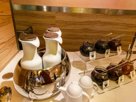 Frühstücksbuffet mit Milch und Marmelade