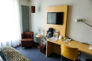 Hotelzimmer mit Stuhl und Schreibtisch