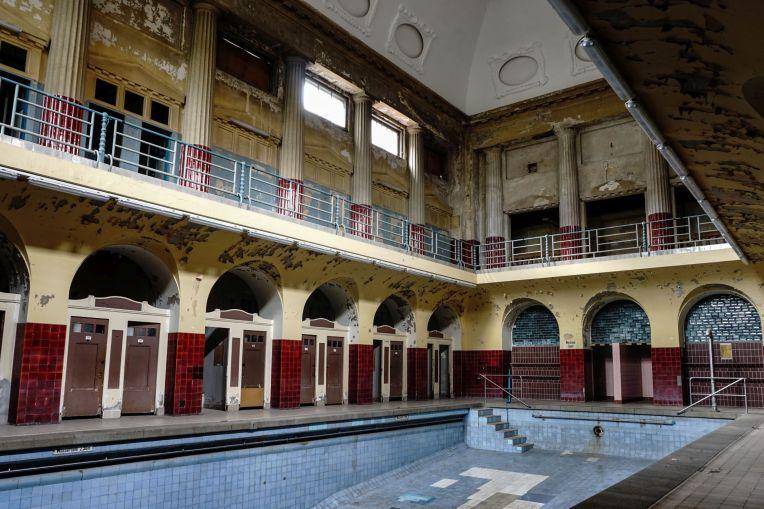 leeres, altes, verlassendes Schwimmbecken