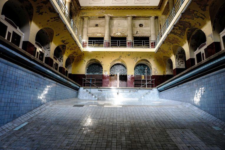 leeres, verlassenes, altes Schwimmbecken