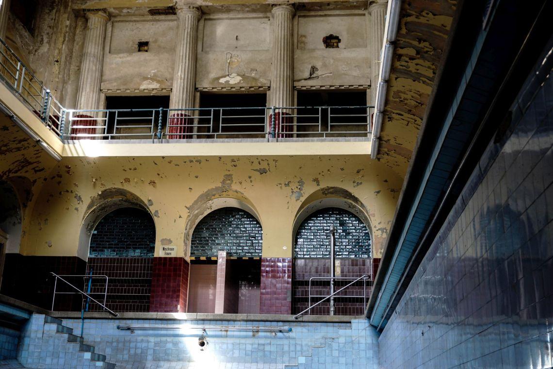 leeres, altes, verlassenes Schwimmbecken