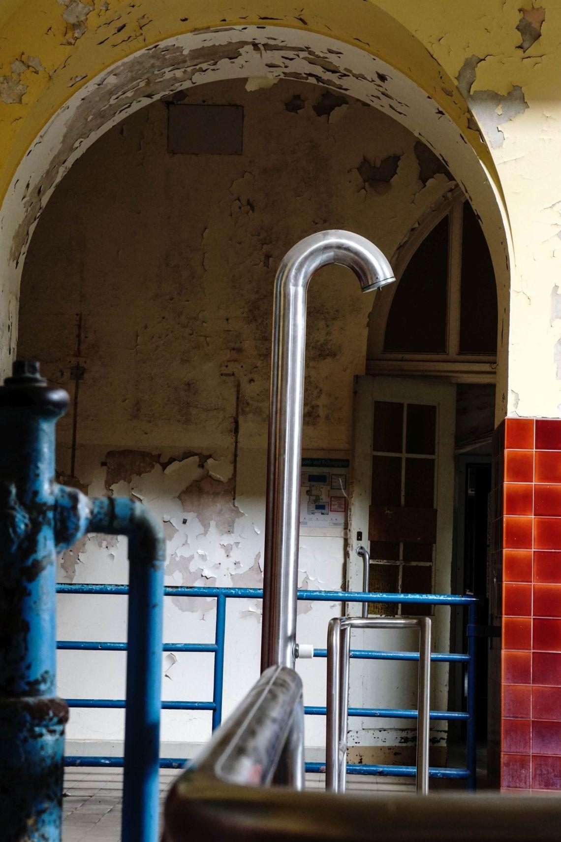 alte Dusche in einem alten Schwimmbad