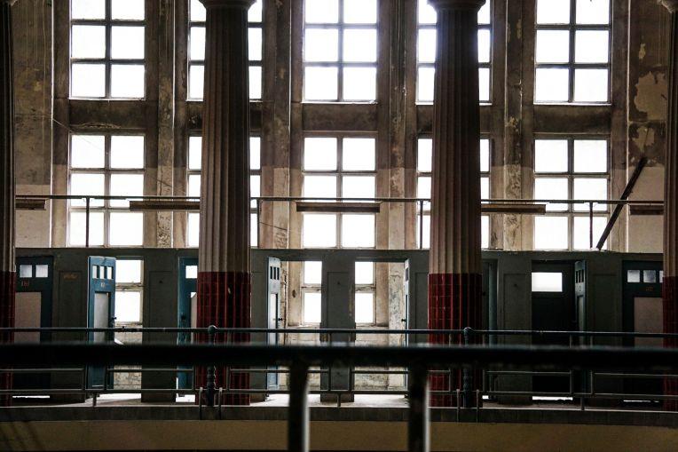 alte Umkleidekabinen oberhalb eines alten Schwimmbeckens